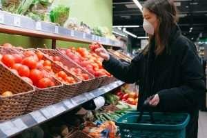 mujer en supermercado cumpliendo las normas de seguridad